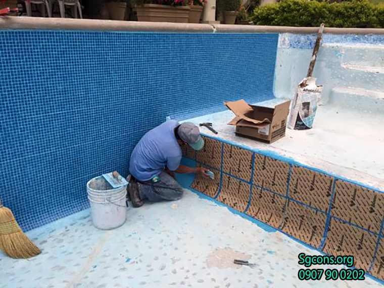 Buoc4 Tien Hanh Op Gach Mosaic Len Tuong
